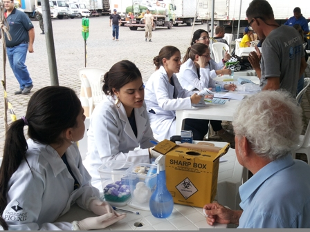 Alunos de Biomedicina participam de Comando de Saúde nas Estradas