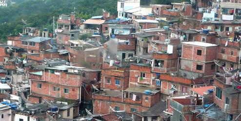 Avanço da classe C não melhora vida nas favelas, aponta IBGE