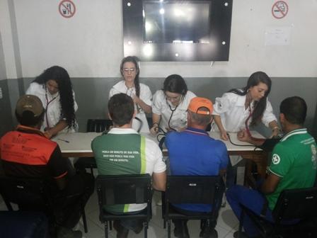 Acadêmicos de Biomedicina realizam ação em transportadoras de Viana