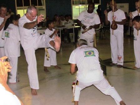 Terceira Idade ginga capoeira no pátio da PIO XII