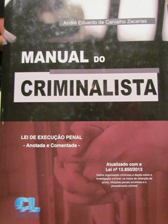 "Professor André doa livro ""Manual do Criminalista"" para Biblioteca"