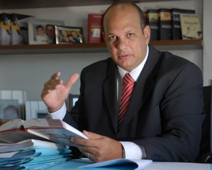 Professor Rivelino concede entrevista ao jornal A Tribuna