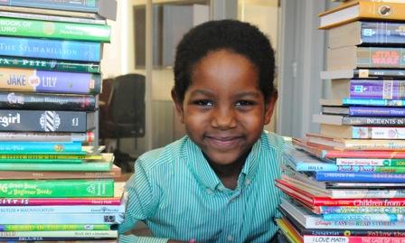 Garoto de 6 anos transforma vida de crianças de rua de Nova York por meio da literatura