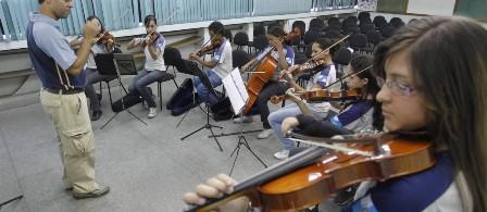Aulas de música melhoram aprendizado de leitura para crianças com dificuldades, diz estudo