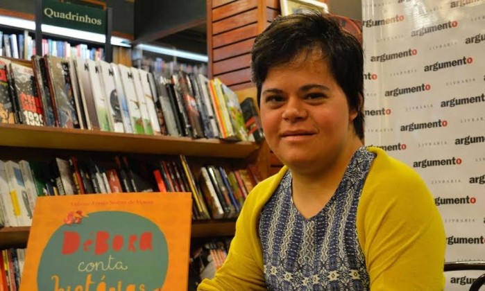 Professora com Síndrome de Down quebra barreiras para dar aulas e palestras sobre inclusão