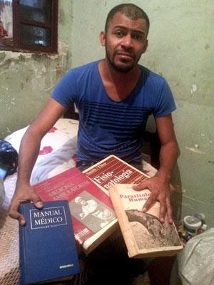 Com livros achados no lixo, morador do DF aprende a ler e se torna médico