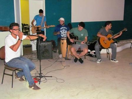 Anderson Andrade e banda agitam Quarta Cultural com música gospel