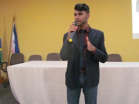 Personal Stylist ministra palestra sobre moda empresarial para alunos do noturno