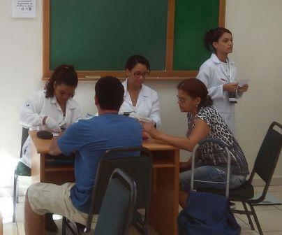Acadêmicos de Biomedicina participam de ação de saúde