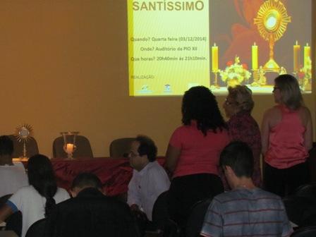 Grupo de Oração Universitário da PIO XII realiza noite de Adoração ao Santíssimo Sacramento
