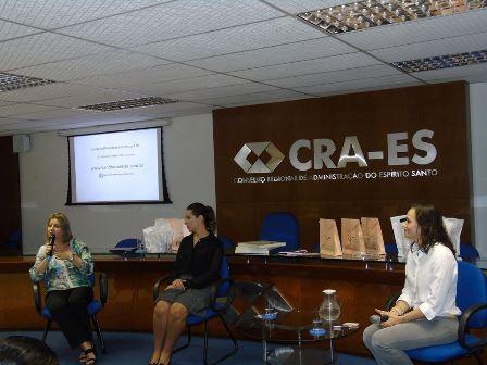 Professora Neidy Christo atua como mediadora de debate no CRA