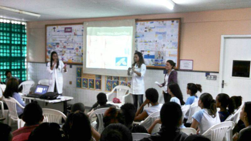 Alunos de Biomedicina ministram palestra para alunos do Ensino Fundamental