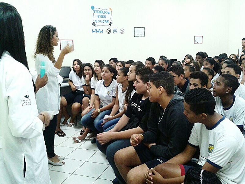 Acadêmicos de Biomedicina ministram palestra de saúde em Guarapari