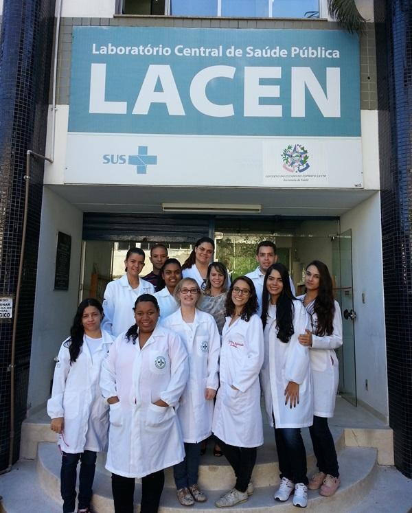 Alunos de Biomedicina visitam o Laboratório Central de Saúde Pública do Estado