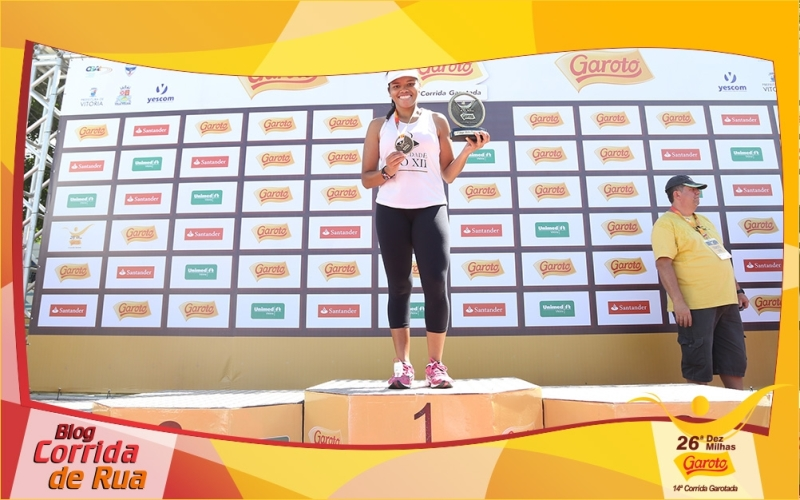 Aluna da PIO XII recebe troféu de 1º lugar na corrida Dez Milhas Garoto