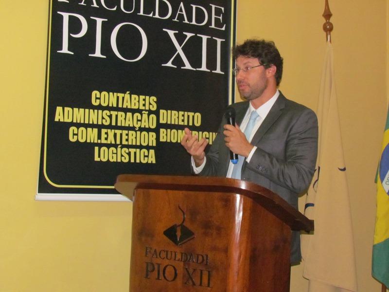 Doutor em Direito, Thiago Fabres de Carvalho, ministra palestra na PIO XII
