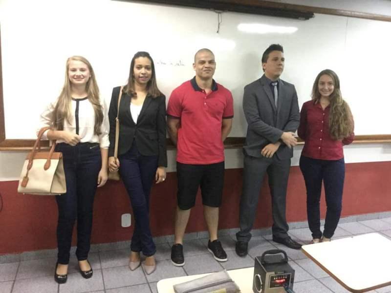 Alunos de Direito organizam desfile de moda empresarial em sala de aula