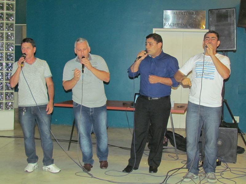 Louvor com quarteto de vozes na Quarta Cultural
