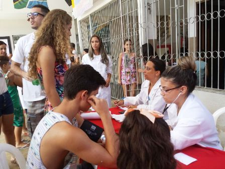 Acadêmicos de Biomedicina atendem em escola de Santa Cecília