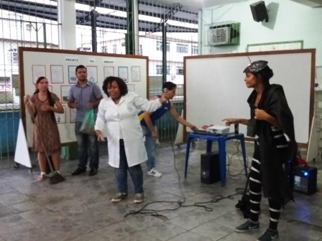 """Acadêmicos de Biomedicina divulgam projeto """"Aedes em foco"""" em escola de Campo Grande"""