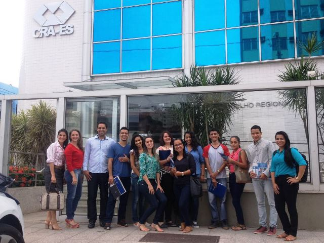 Alunos de Administração e Comércio Exterior participam de evento do CRA-ES