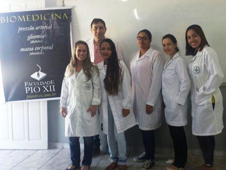 Acadêmicos de Biomedicina atendem mais de 130 em Dia da Família na escola