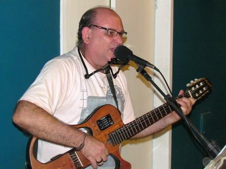 Voz e violão de Vanderley de Barbi na Quarta Cultural de boas vindas aos calouros
