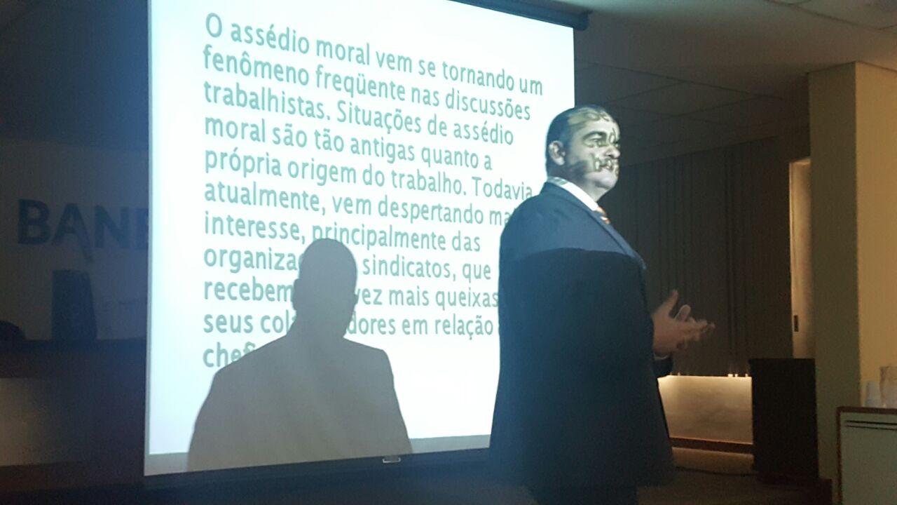 Coordenador palestra sobre assédio moral para bancários