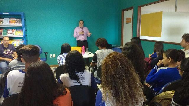 Professor palestra sobre Direito e Carreiras Jurídicas no Escola Viva