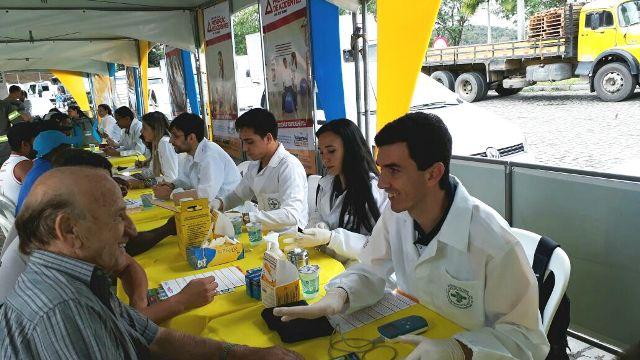 Biomedicina atende caminhoneiros em evento de saúde