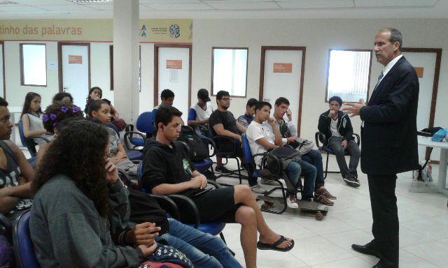 Professor palestra sobre Direito para alunos do Escola Viva