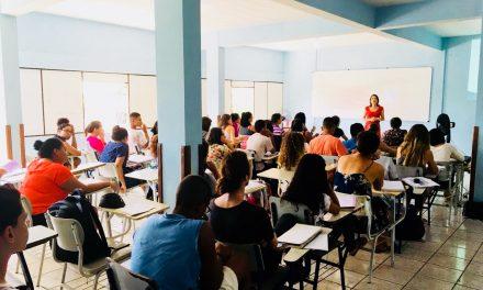 Professora ministra aula em cursinho de Pré-Enem