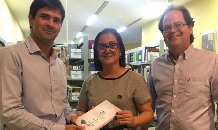 Professor doa livro de sua coautoria à Biblioteca PIO XII