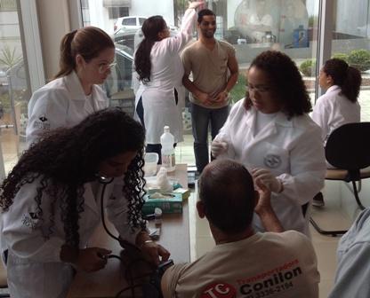 Alunos de Biomedicina são recrutados para evento do Dia do Trabalho