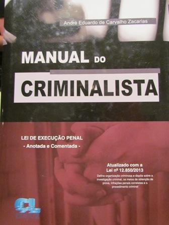 """Professor André doa livro """"Manual do Criminalista"""" para Biblioteca"""