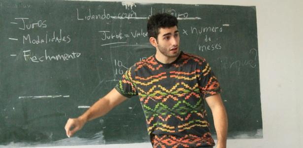 Universitários ensinam educação financeira a classes de EJA