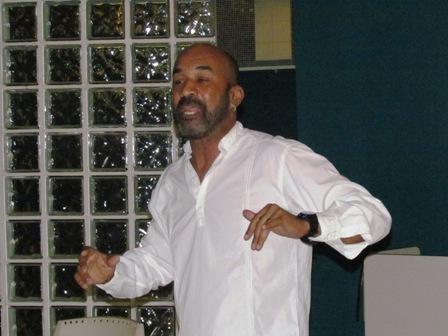 Ator comediante Tonin Ferreira se apresenta na Quarta Cultural