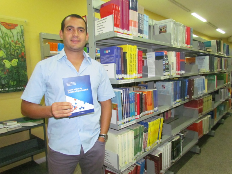Professor Rodrigo Pratte doa livro de sua autoria à Biblioteca da PIO XII