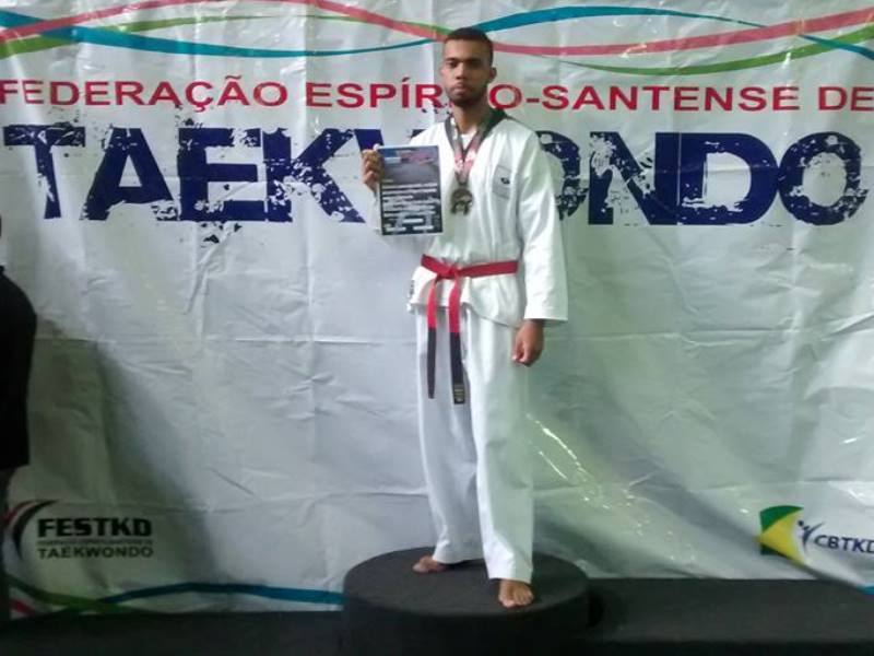 Aluno da PIO XII ganha medalha de ouro em competição de Taekwondo