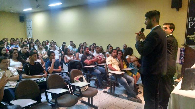 Alunos da PIO XII participam de palestra com demonstrações práticas de moda e maquiagem profissional