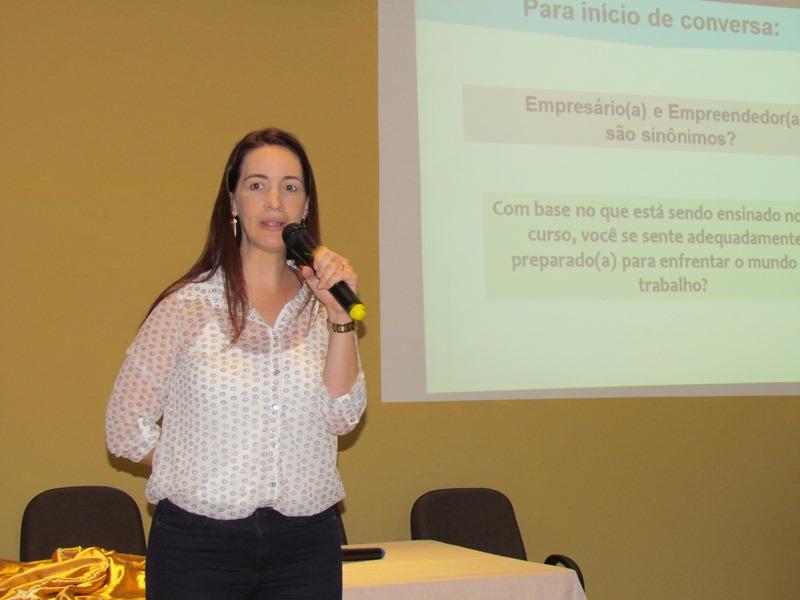 Psicopedagoga do Sebrae-ES ministra palestra para alunos do matutino