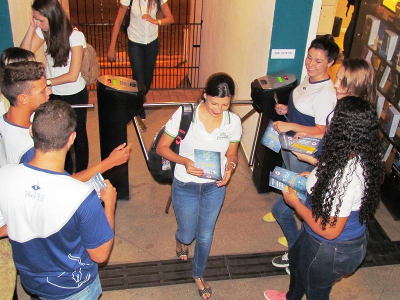 Alunos do Colégio realizam panfletagem na Faculdade contra mosquito da Dengue