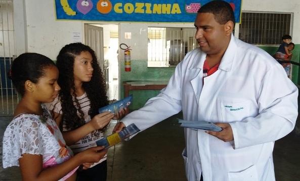 Acadêmicos de Biomedicina participam de Dia da Família na Escola no bairro Aparecida