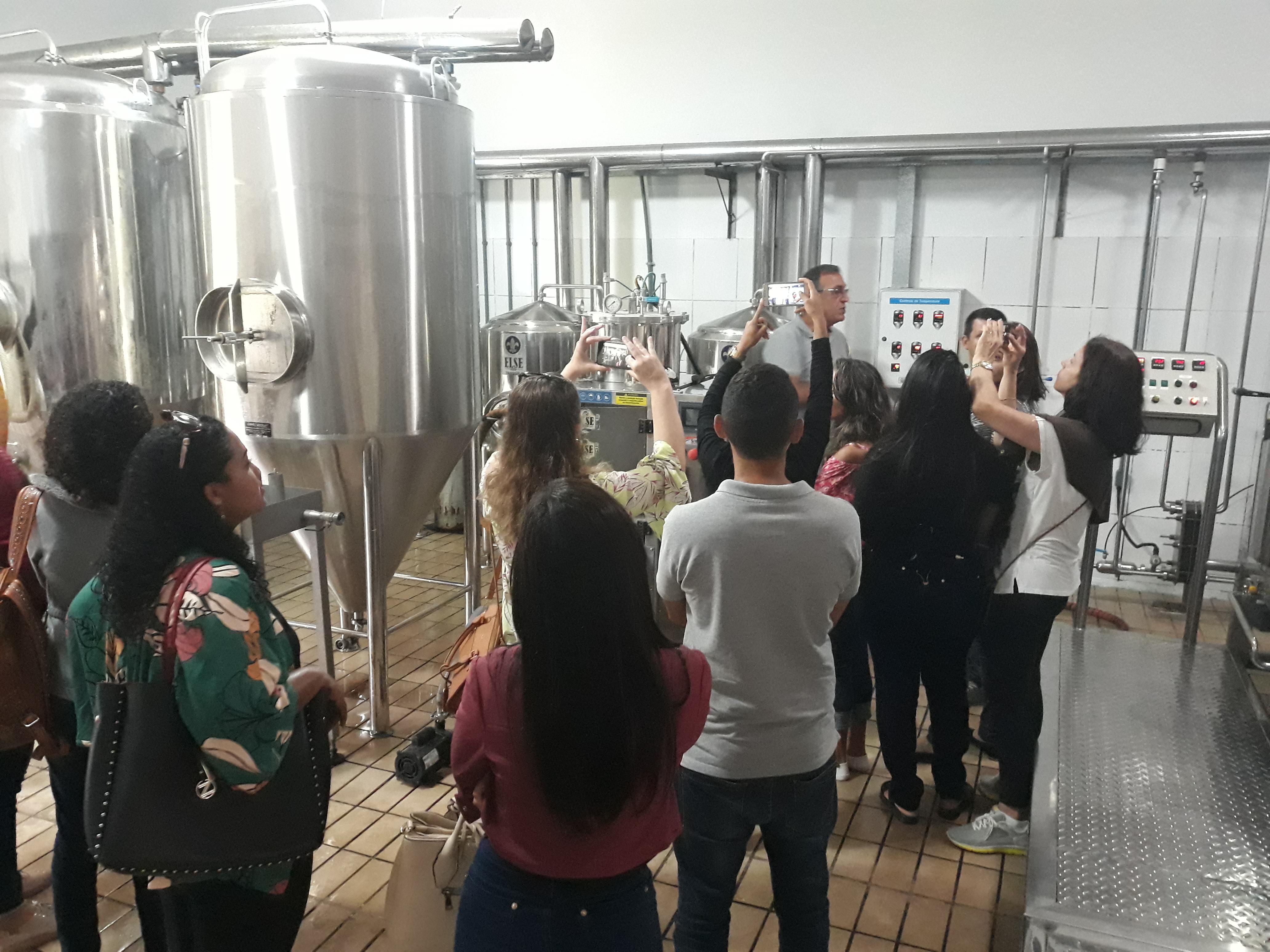 Alunos realizam Visita Técnica à cervejaria de Viana